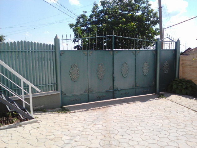 Our large gate and driveway