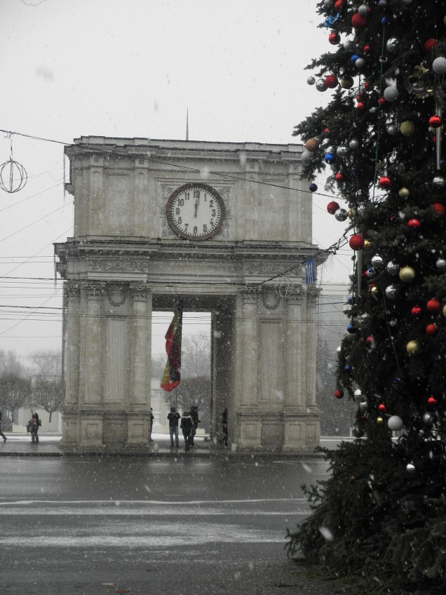 The Arc de Triomf and the beginning of Christmas decorations, Chisinau
